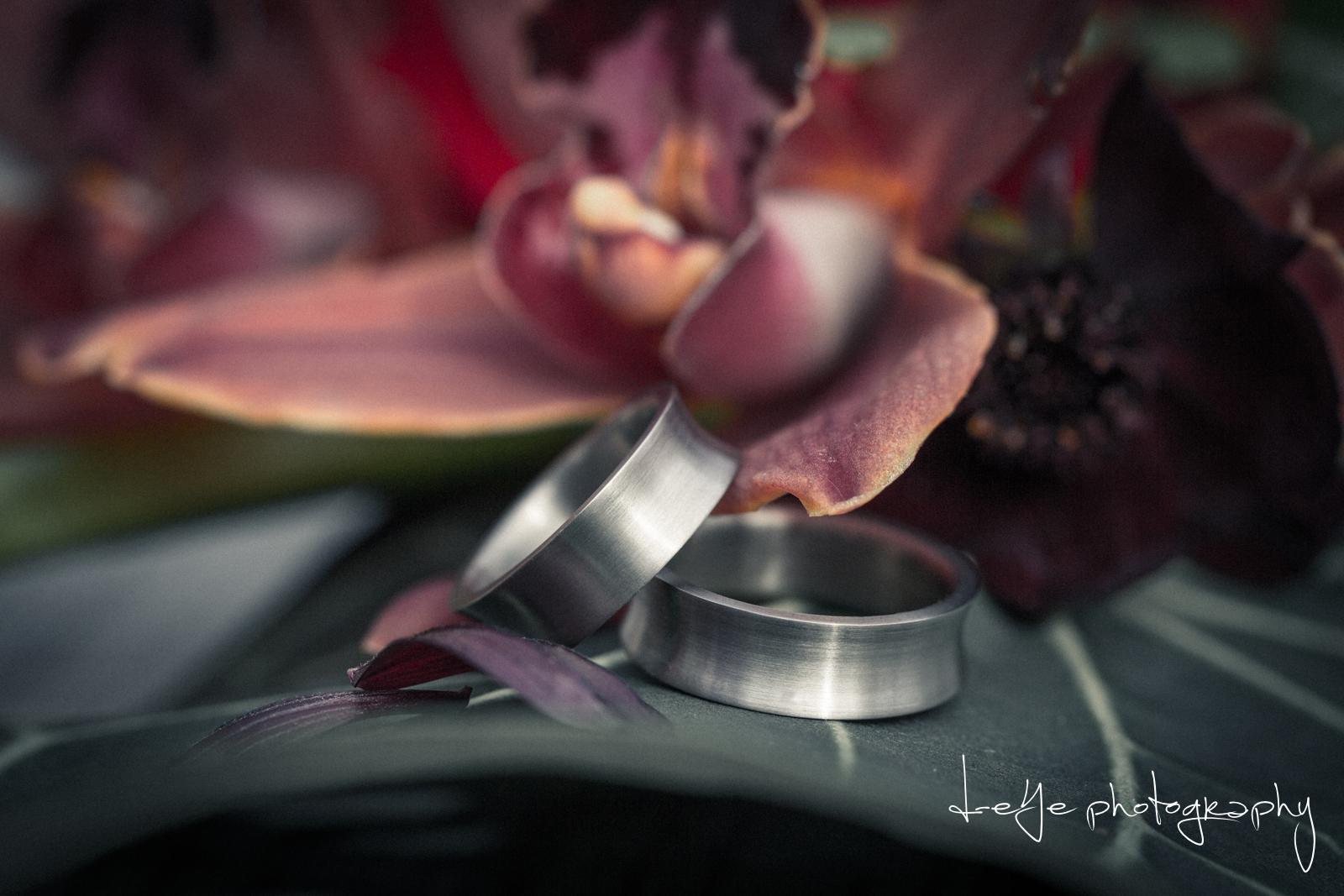 Trouwringen en orchidee. Foto D eYe Photography