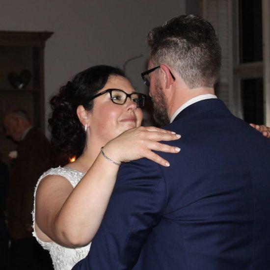 Bruidspaar Sabine en Peter dansen