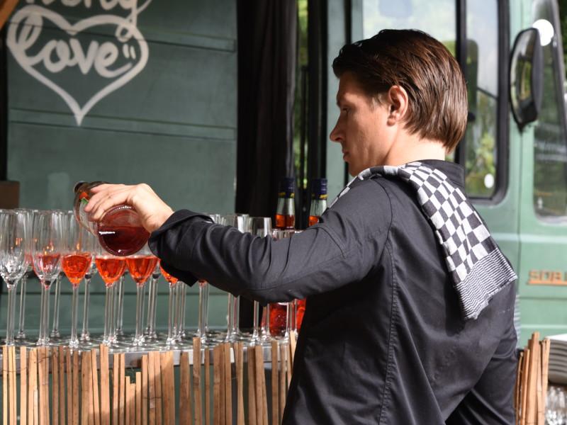 Barkeeper schenkt drankjes in