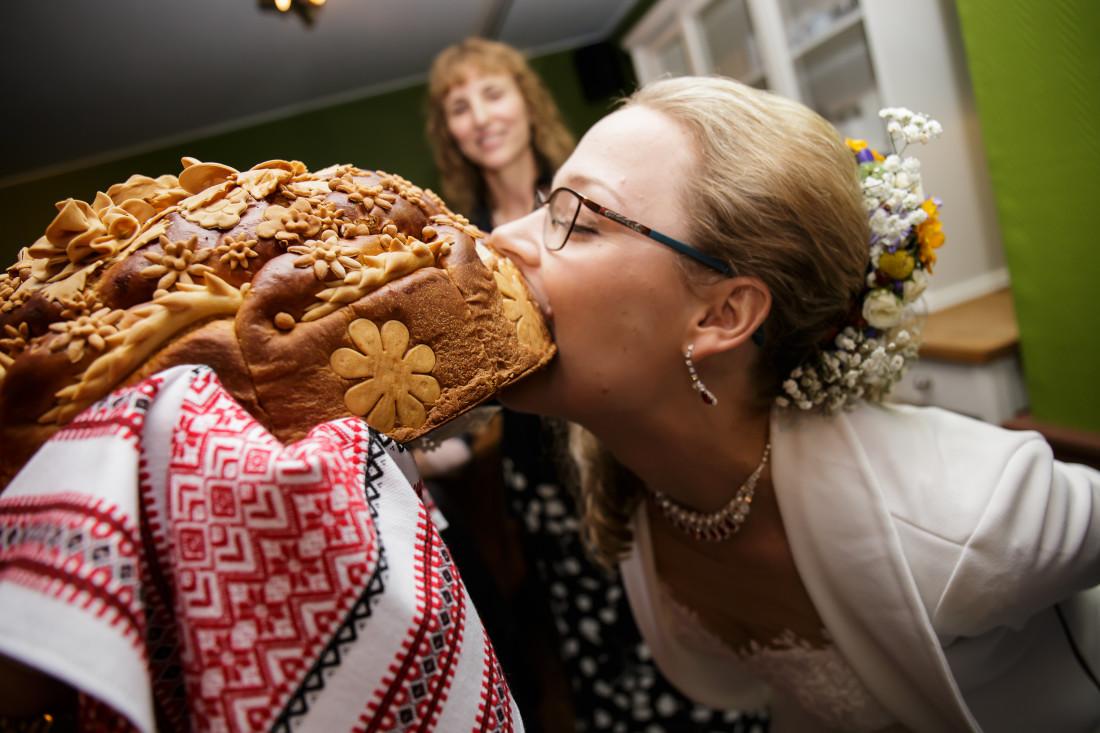 Bruid hapt in Russisch brood huwelijkstraditie