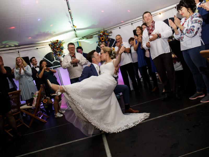 Bruiloft bruidspaar en dansende gasten
