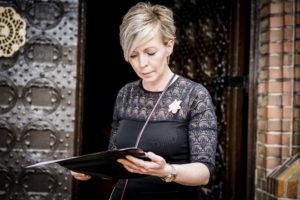 Weddingplanner Marian Krook van Stralend Middelpunt kijkt in draaiboek bruiloft. Foto: Karin Keesmaat fotograaf bij Kijk-Kunstfotografie