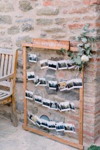 Houten lijst met polaroids. Foto: Jessica Photography