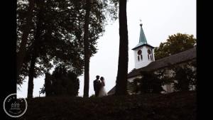 Bruidspaar bij kerk