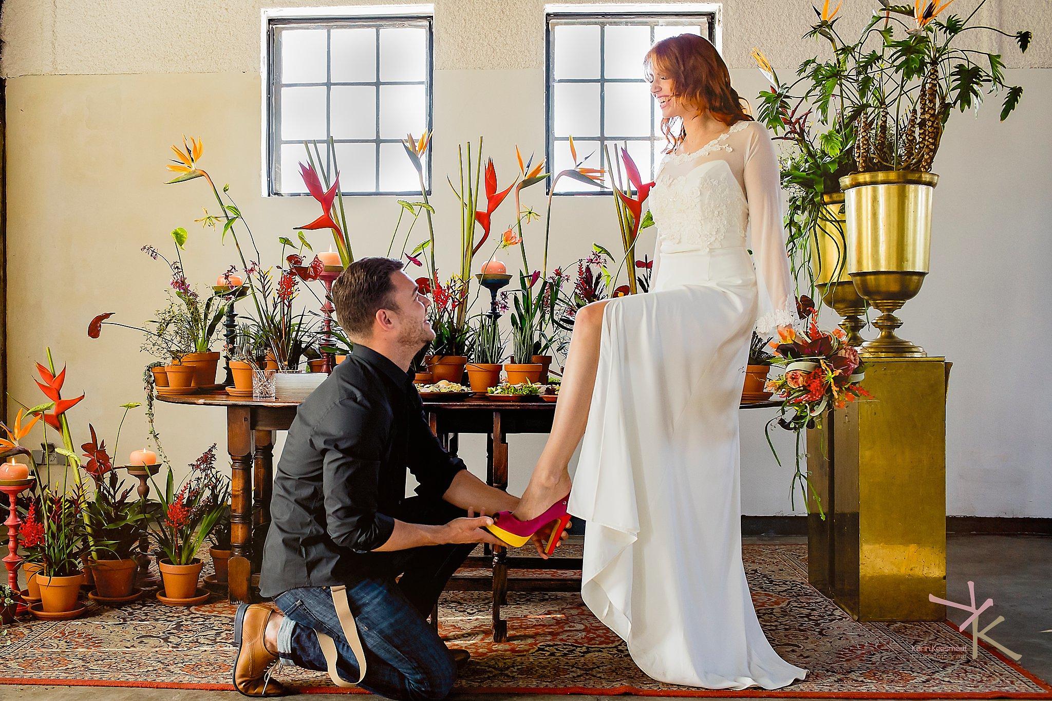 Bruidegom trekt schoen aan. Foto Karin Keesmaat Kijk-Kunst fotografie