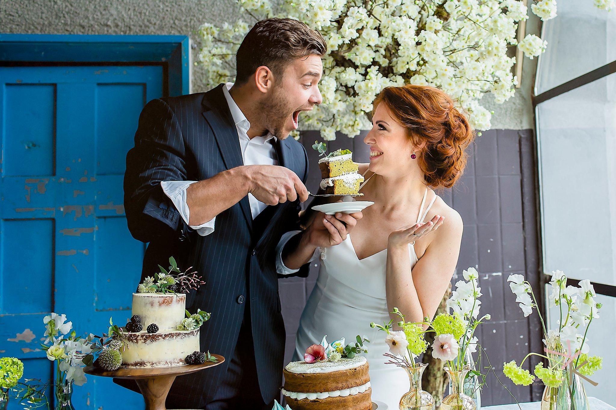 Bruidspaar eet taart