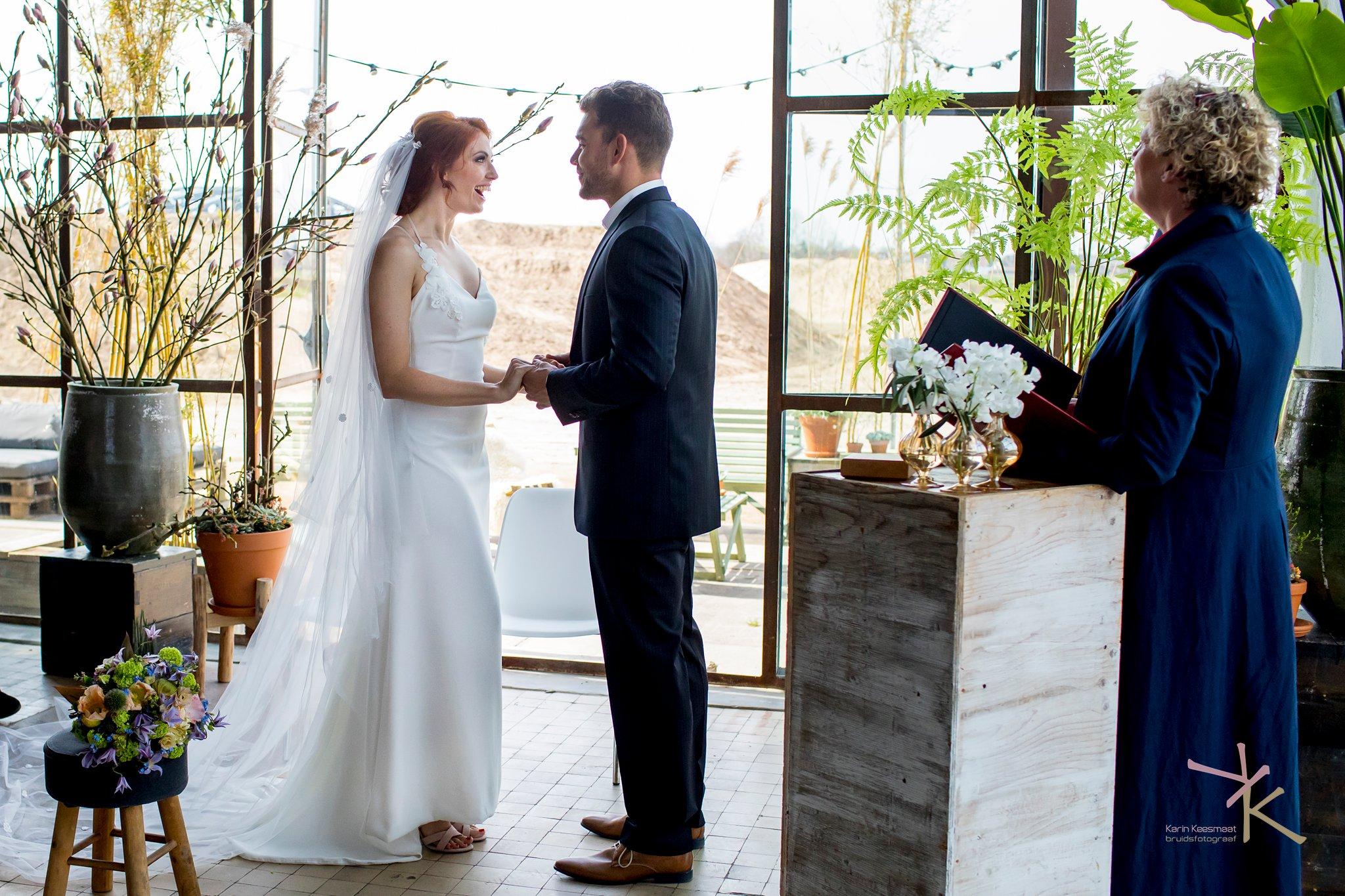 Bruid en bruidegom ja-woord foto gemaakt door Karian Keesmaat van Kijk-Kunstfotografie