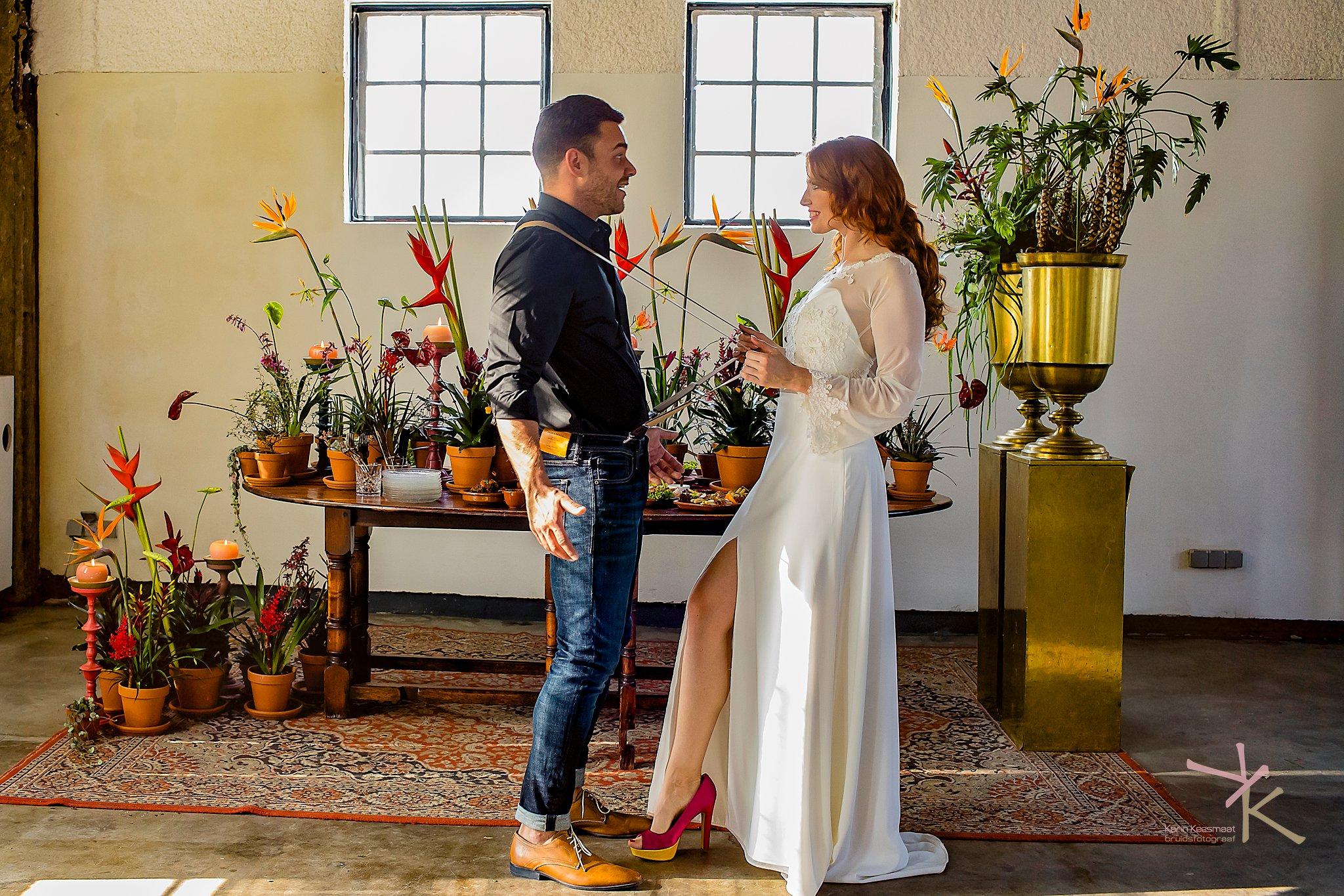 Bruid trekt bruidegom aan bretels foto gemaakt door Karian Keesmaat van Kijk-Kunstfotografie