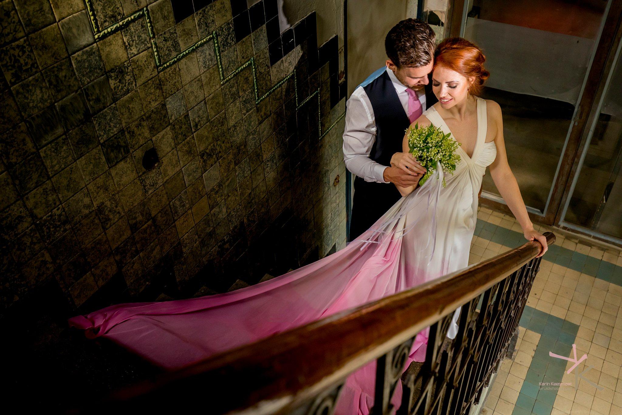 Bruidspaar op trap foto gemaakt door Karian Keesmaat van Kijk-Kunstfotografie