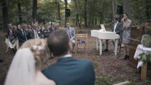 Bruiloft ceremonie met zangeres en pianist