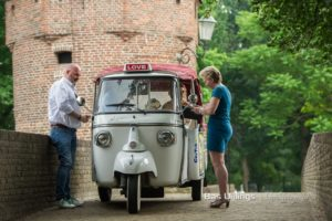 Bruidspaar in tuktuk met weddingplanner ceremoniemeester