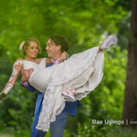 Bruid wordt opgetild door bruidegom