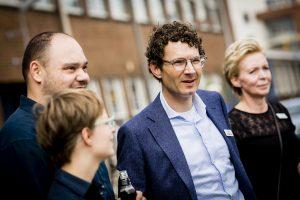 Fundfestival NLInvesteert met op de achtergrond de evenementregisseur