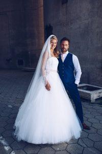Bruidspaar witte jurk blauw pak