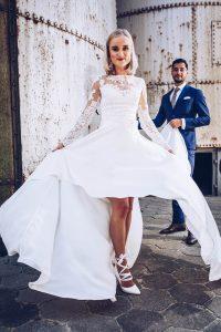 Bruid jurk wijd bruidegom blauw pak
