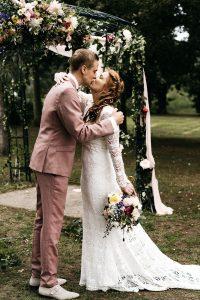 Bruidspaar kust elkaar bij prieel