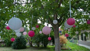 Roze en witte lampionnen in de boom