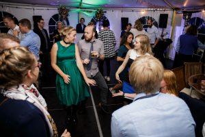 Vrienden dansen bij bruiloft