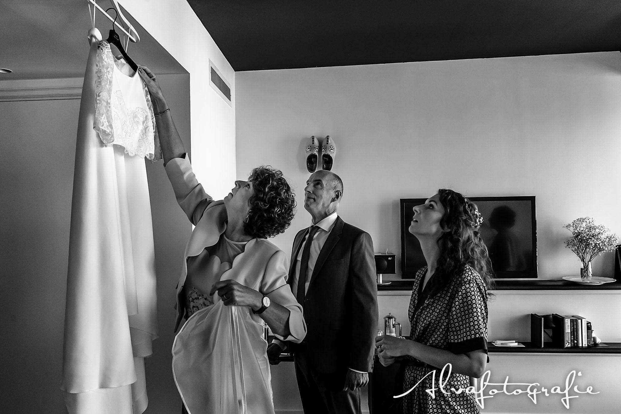 Bruiloft Maren en Tim Alvafotografie aankleedmoment bruid met ouders
