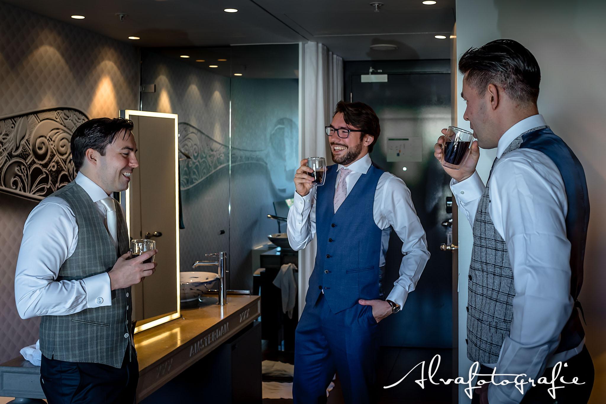 Bruiloft Maren en Tim Alvafotografie aankleedmoment bruidegom met vrienden