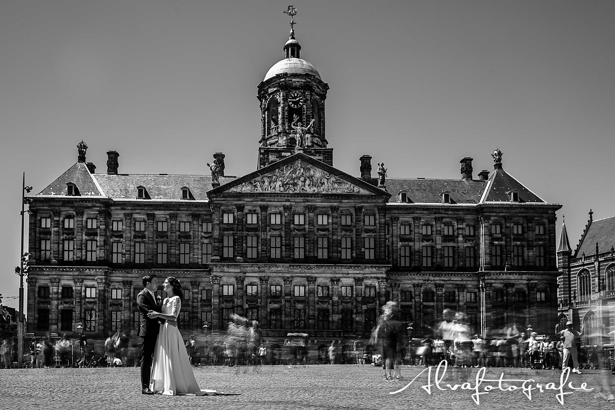Bruiloft Maren en Tim Alvafotografie bruidspaar op de dam zwart-wit