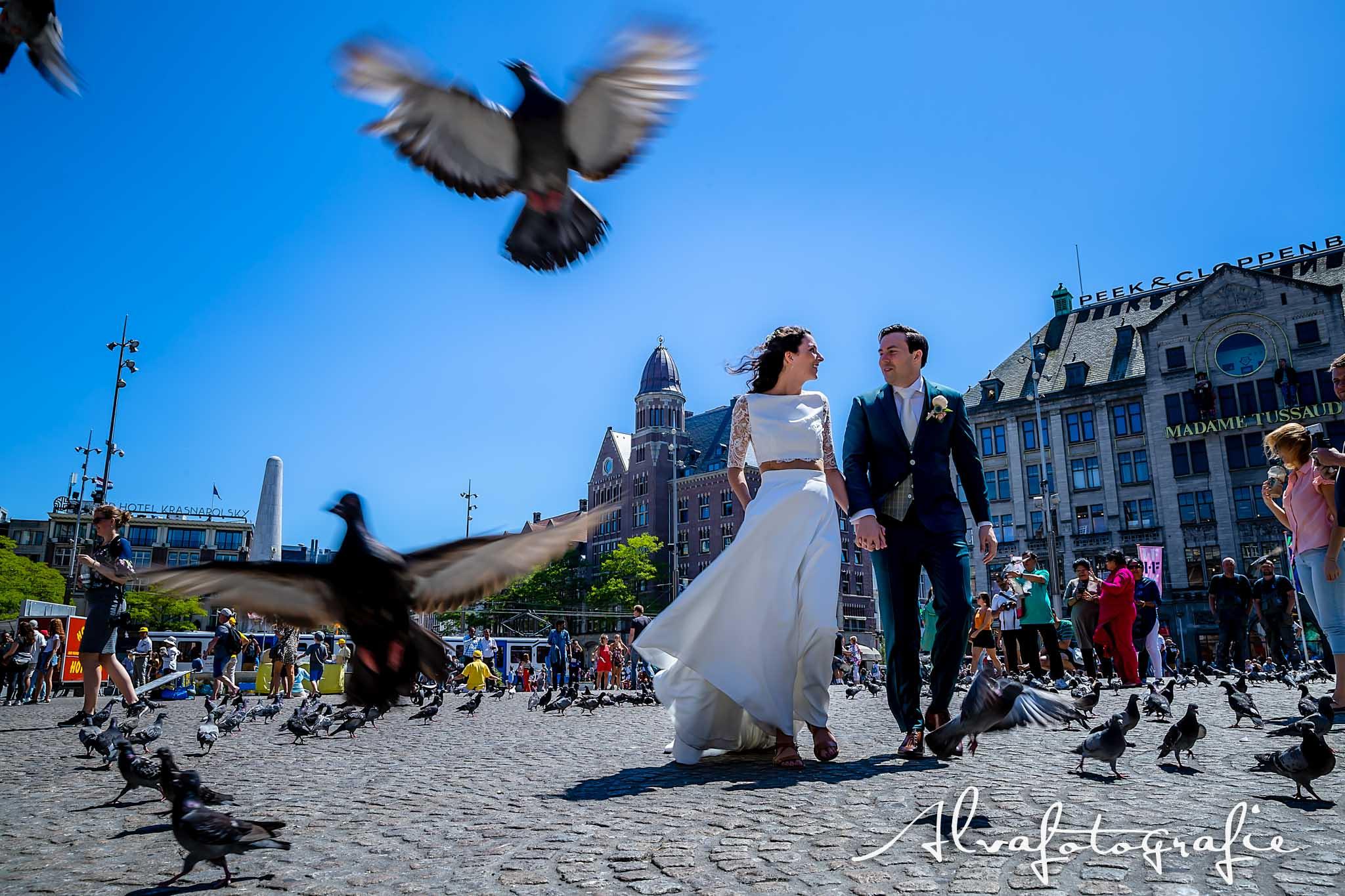 Bruiloft Maren en Tim Alvafotografie bruidspaar op de Dam Amsterdam