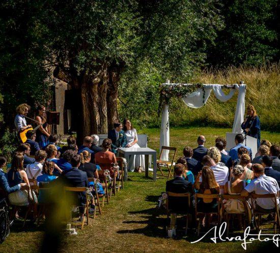 Bruiloft Maren en Tim Alvafotografie ceremoniesetting met gasten