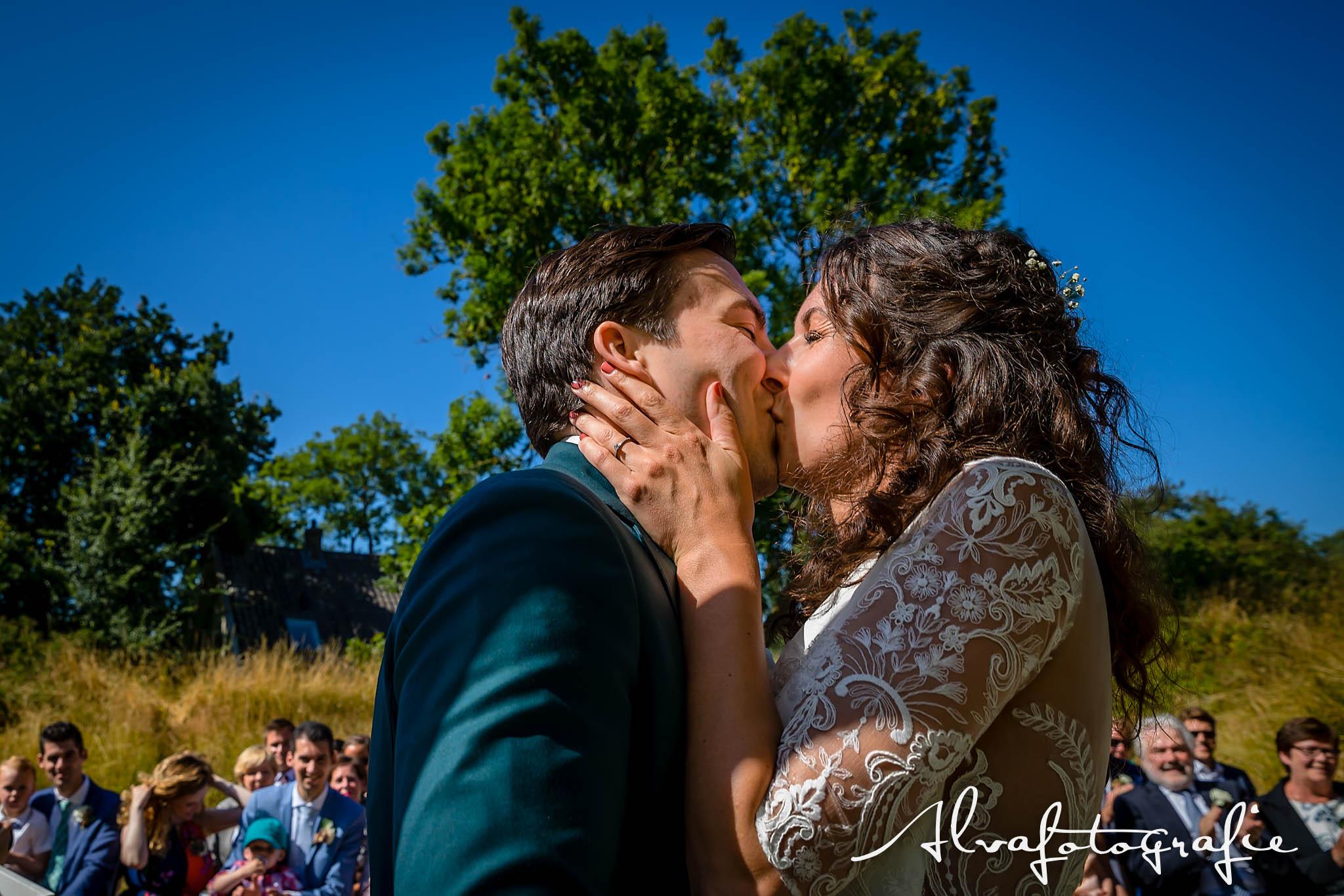 Bruiloft Maren en Tim Alvafotografie bruidspaar zoent