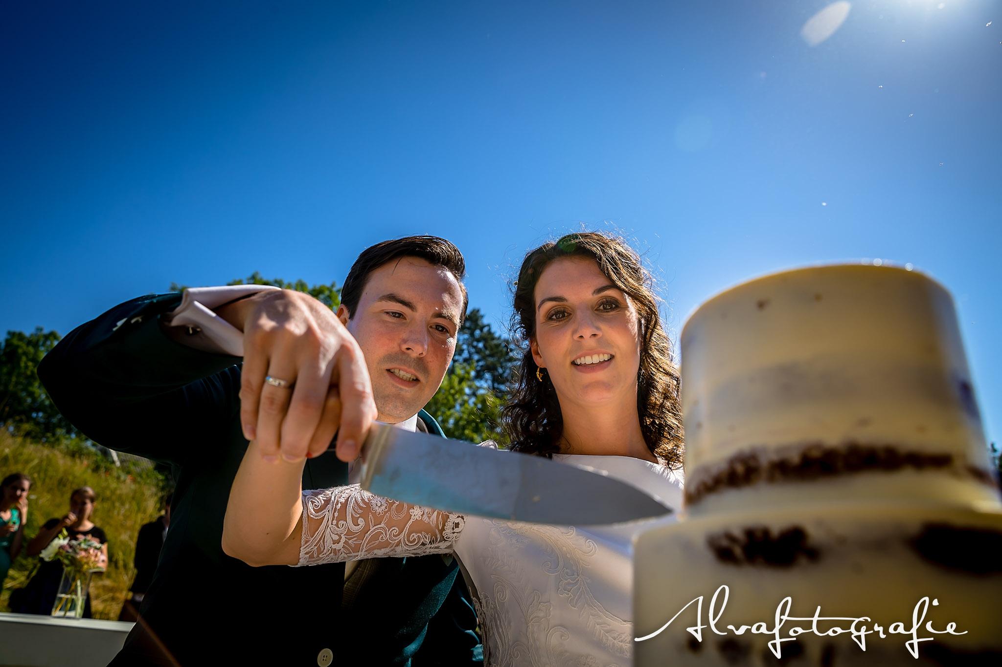 Bruiloft Maren en Tim Alvafotografie bruidspaar snijdt taart aan
