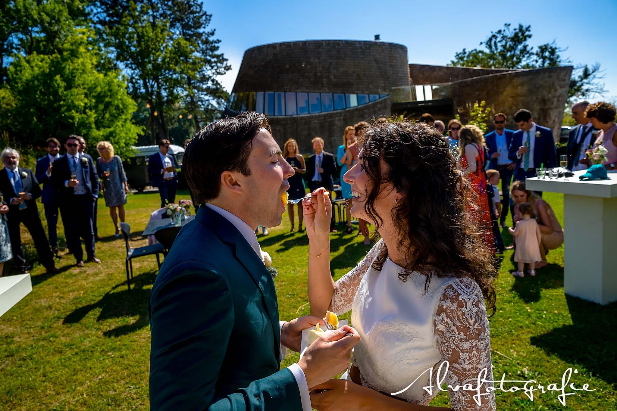 Bruiloft Maren en Tim Alvafotografie bruid voert bruidegom taart