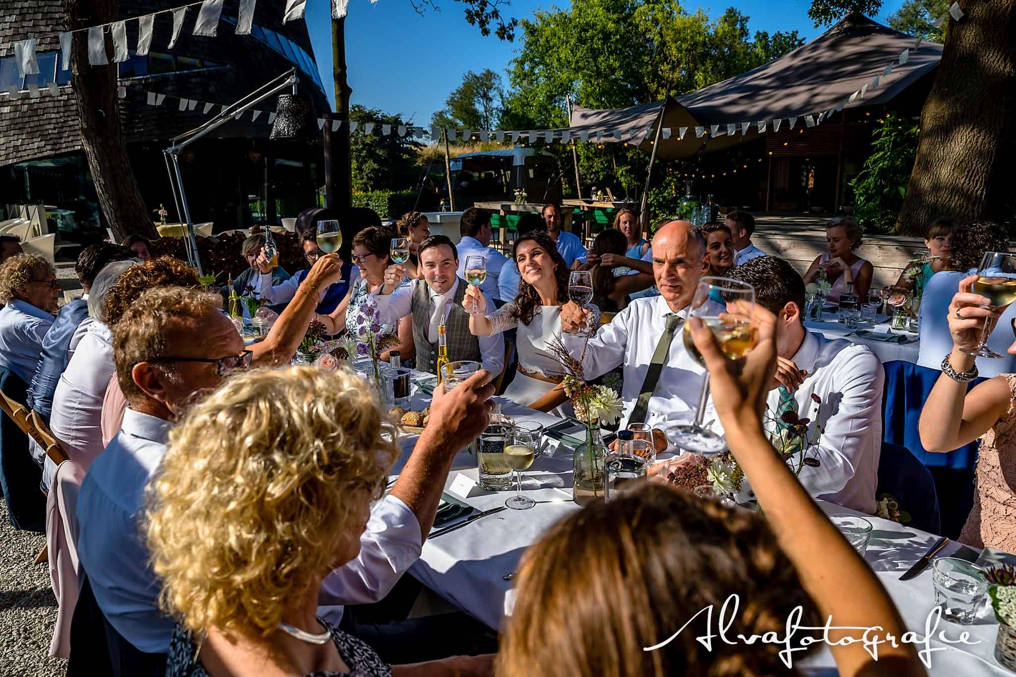Bruiloft Maren en Tim Alvafotografie toosten bij diner Paviljoen Puur buiten