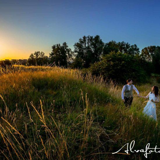 Bruidspaar Maren en Tim bij ondergaande zon bij Paviljoen Puur Alvafotografie