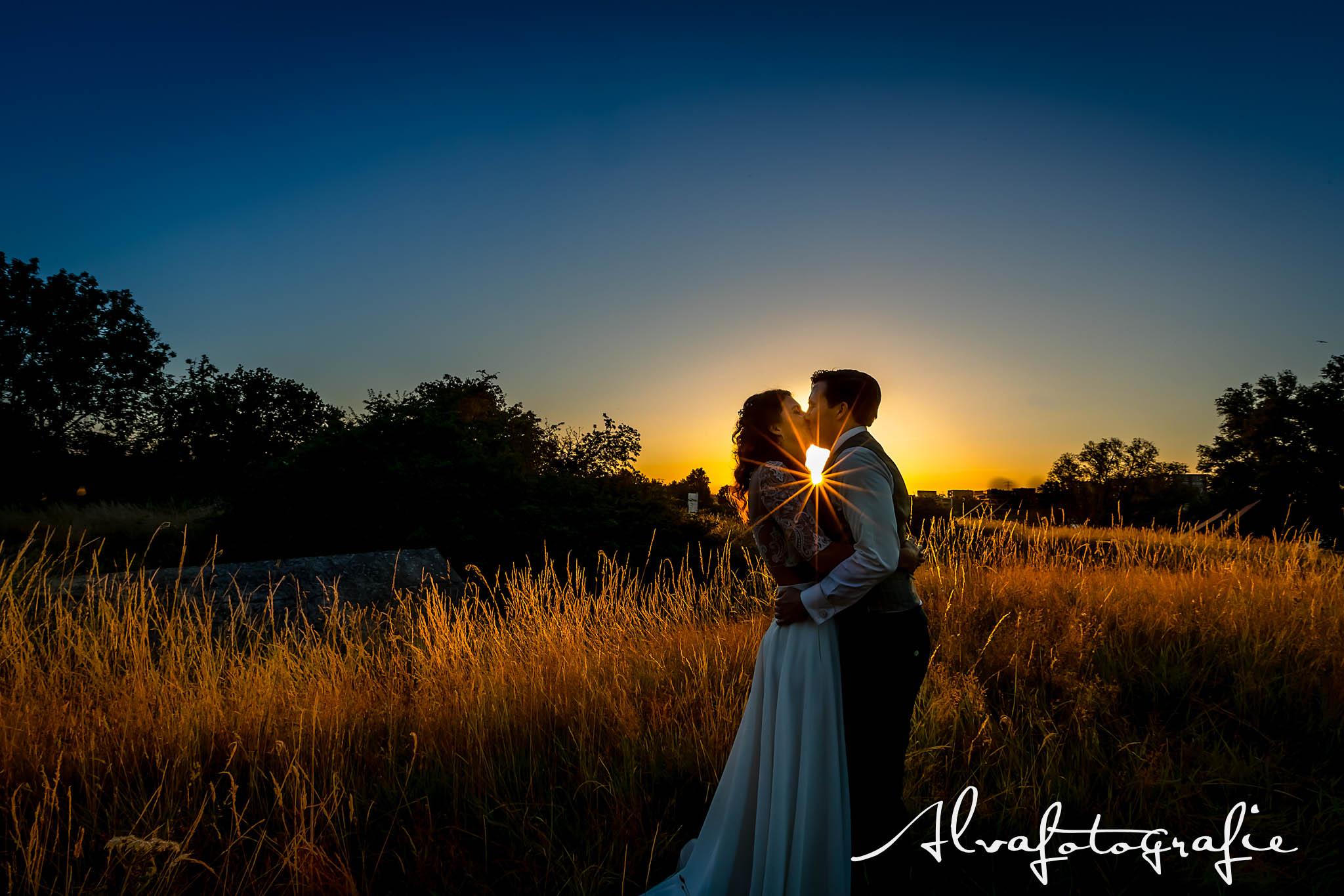 Bruiloft Maren en Tim Alvafotografie zonsondergang bruidspaar