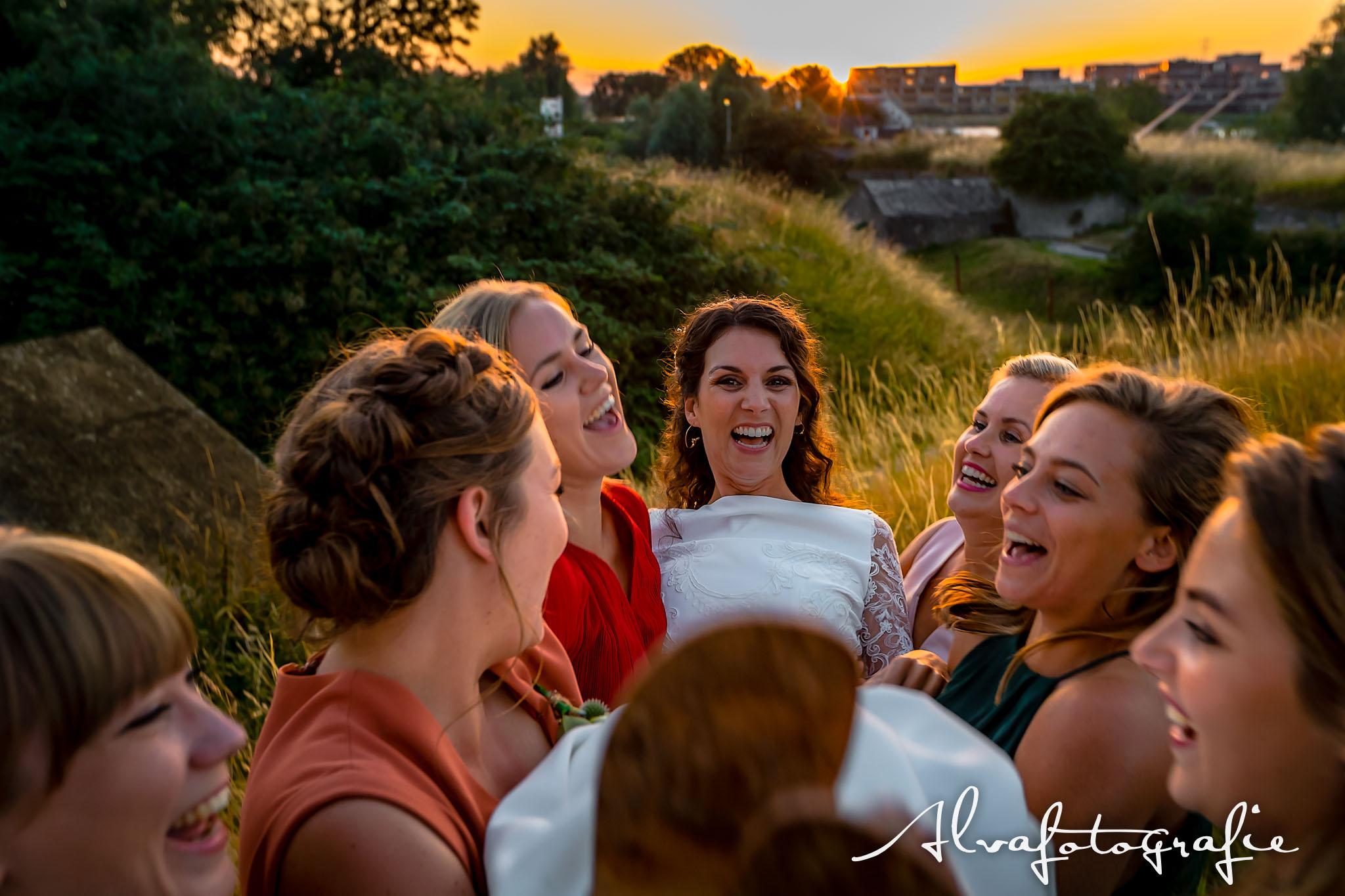 Bruiloft Maren en Tim Alvafotografie bruid wordt in de armen gehouden van haar vriendinnen