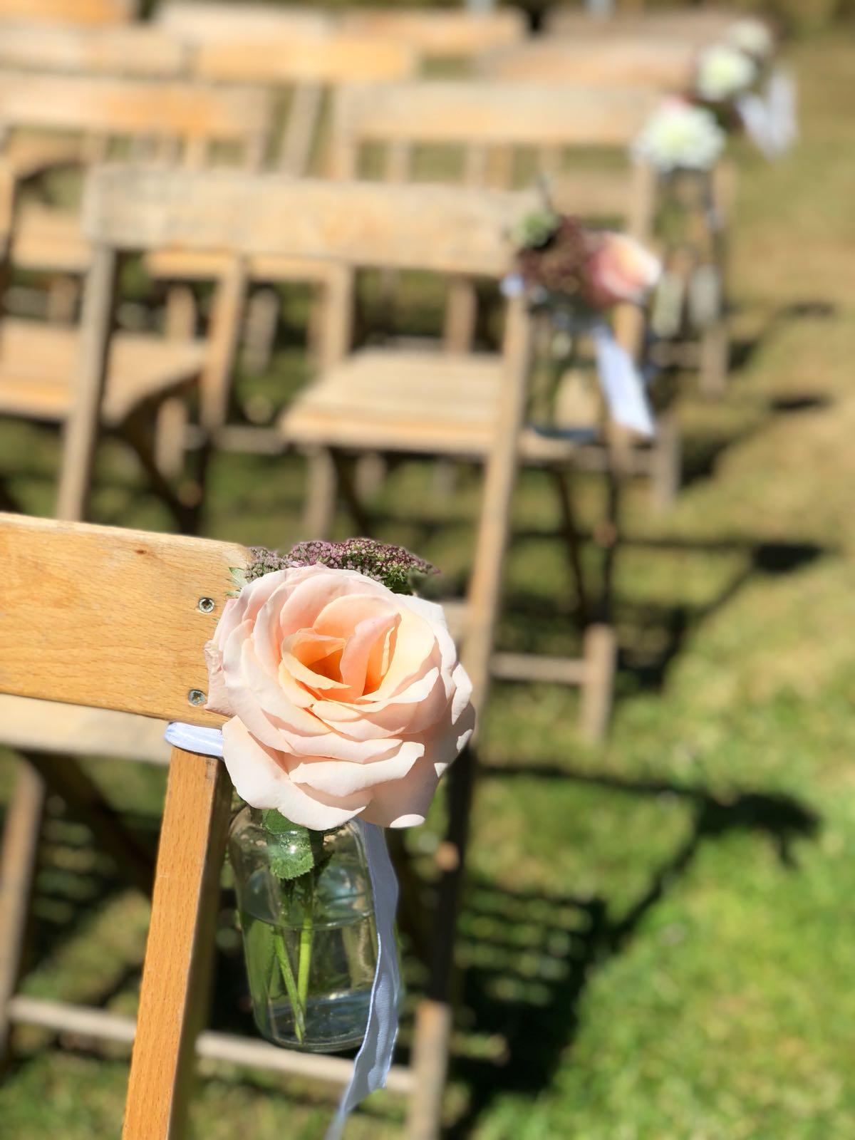 Bruiloft Maren en Tim ceremoniesetting bloem aan stoel