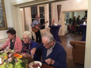 Gitarist Lex Kemper tijdens Nationale Vrijwilligersdag wijk Osseveld-Woudhuis