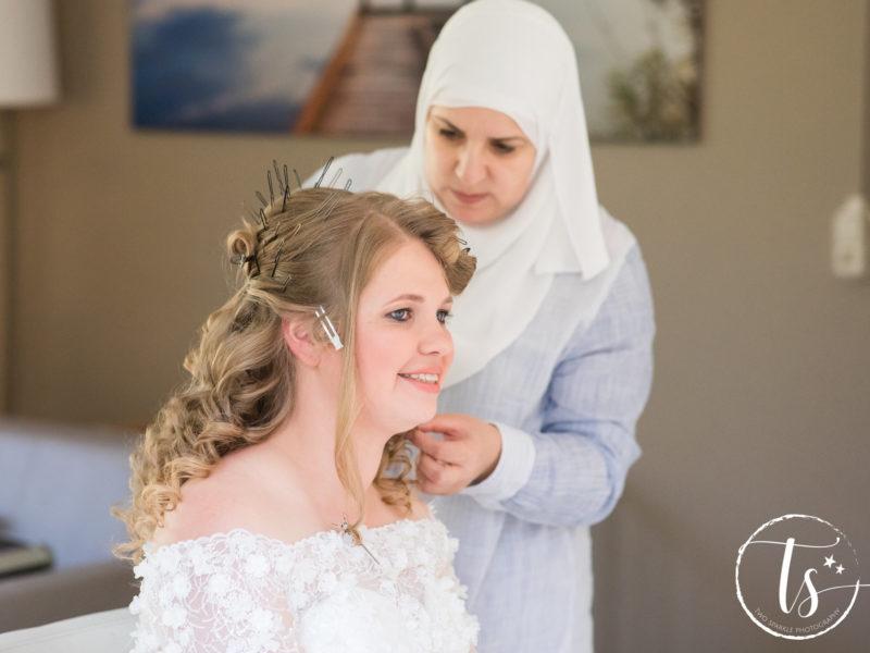 De haren van de bruid worden gedaan, Bruiloft Kim en Ronald, foto Two Sparkle Photography