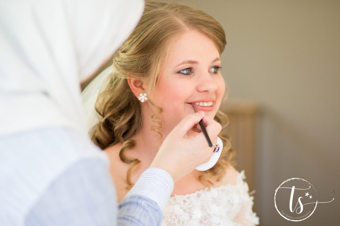 Bruid krijgt make-up op, Bruiloft Kim en Ronald, foto Two Sparkle Photography