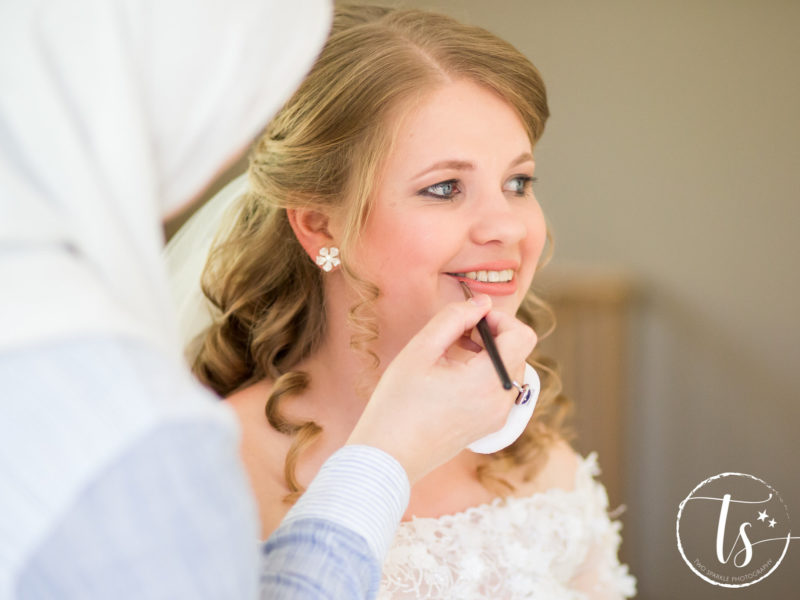 Bruid krijgt make-up op, Bruiloft Kim en Ronald, foto Two Sparkle Photography