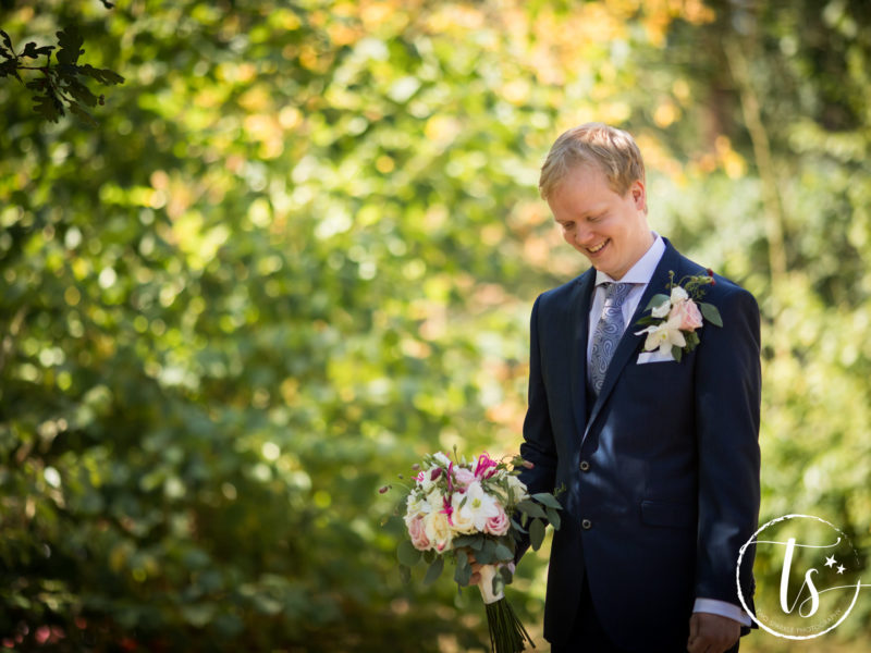 Bruidegom wacht op zijn bruid, Bruiloft Kim en Ronald, foto Two Sparkle Photography