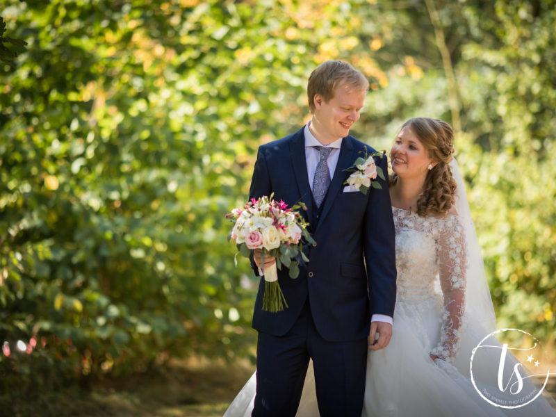 Bruid heeft bruidegom net op de rug getikt en ze kijken elkaar aan, Bruiloft Kim en Ronald, foto Two Sparkle Photography