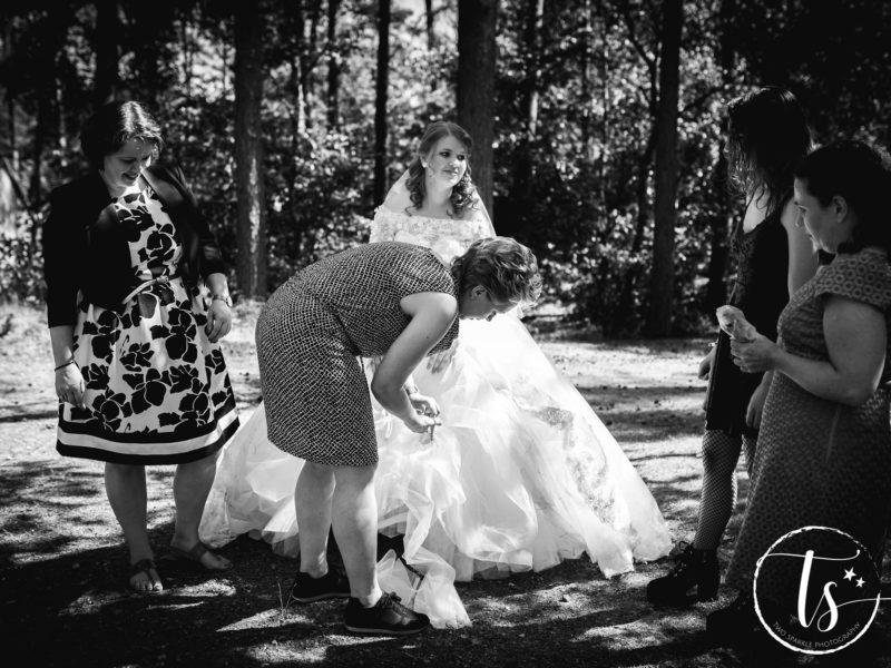 Ceremoniemeester van Stralend Middelpunt werkt de jurk bij, Bruiloft Kim en Ronald, foto Two Sparkle Photography