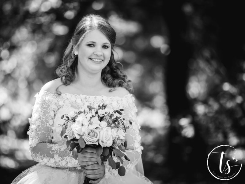 Bruid met bloemen lacht, Bruiloft Kim en Ronald, foto Two Sparkle Photography