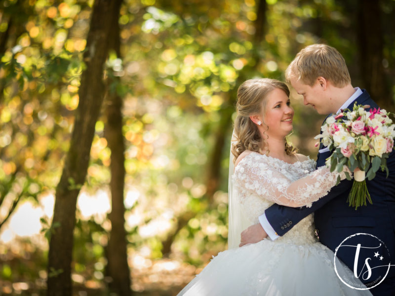 Bruidspaar Kim en Ronald in het bos foto Two Sparkle Photography