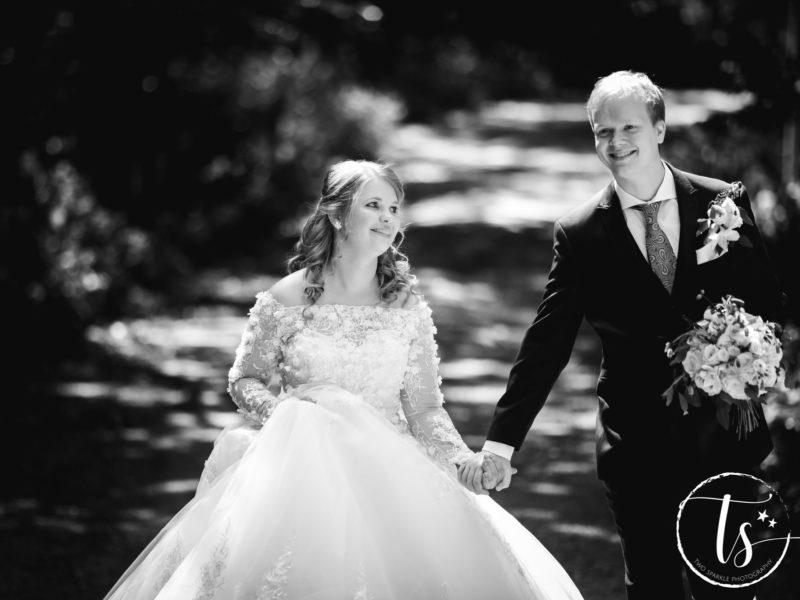 Bruidspaar loopt door het bos, Bruiloft Kim en Ronald, foto Two Sparkle Photography