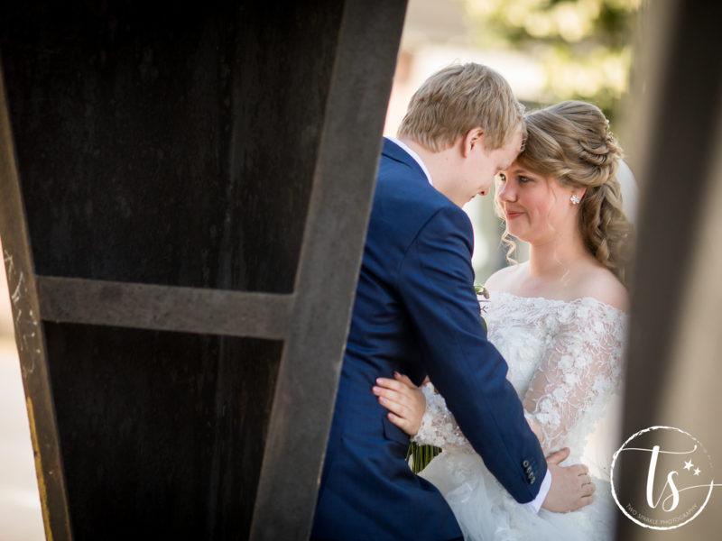 Bruidspaar kijkt elkaar aan, Bruiloft Kim en Ronald, foto Two Sparkle Photography