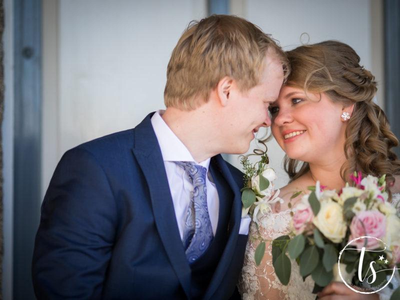 Bruidspaar met bloemen, Bruiloft Kim en Ronald, foto Two Sparkle Photography