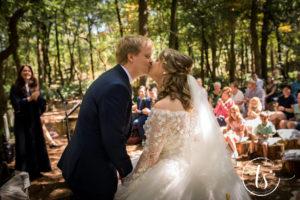Bruidspaar kust elkaar na het ja-woord, Bruiloft Kim en Ronald, foto Two Sparkle Photography