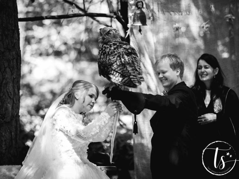 Bruid haalt de ringen van de uil die ze heeft aangevlogen, Bruiloft Kim en Ronald, foto Two Sparkle Photography