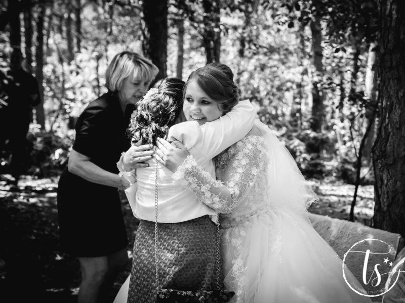 Bruid geeft haar moeder een knuffel, Bruiloft Kim en Ronald, foto Two Sparkle Photography